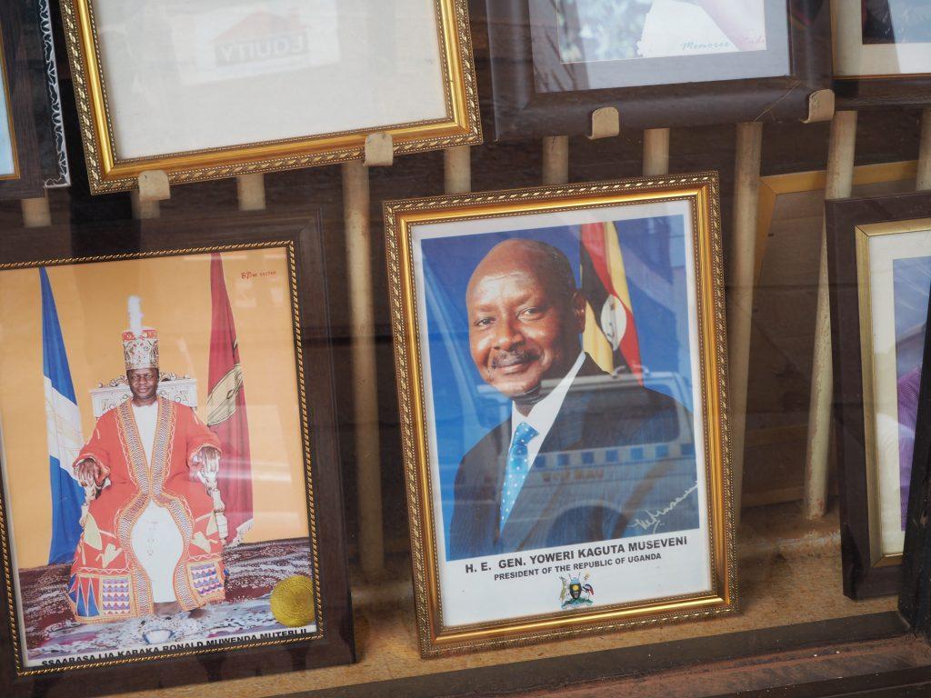 Das Gesicht von Yoweri Museveni, der seit 1986 regiert, ist allgegenwärtig in Uganda. Hier im Schaufenster eines Kopiergeschäfts in der Innenstadt von Kampala. (Bild: Jonas Bens)